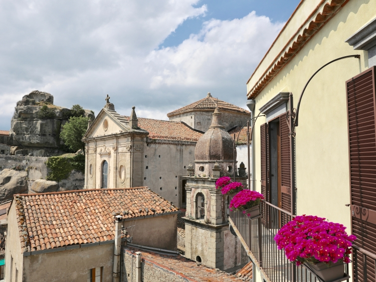 A charming and luxury B&B in Castiglione di Sicilia, medieval village between Etna Volcano, Alcantara Valley and important vineyards.