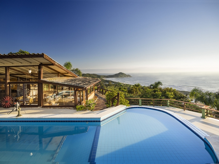 Infinity edge pool with solar heating and panoramic view of Praia do Rosa beach