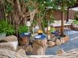 Un asiento de esquina soleado en el jardín.